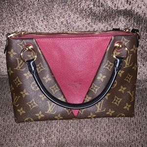 Louis Vuitton V Tote MM
